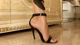 Leggy girl Cindy Hope gets her legs fondled